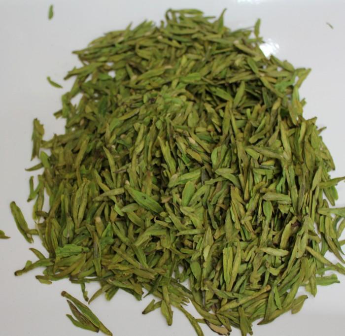 龙井,居中国名茶之冠。产于浙江省杭州市西湖周围的群山之中。多少年来,杭州不仅以美丽的西湖闻名于世界,也以西湖龙井茶誉满全球。西湖群山产茶已有千百年的历史,在唐代时就享有盛名,但形成扁形的龙井茶,大约还是近百年的事。相传,乾隆皇帝巡视杭州时,曾在龙井茶区的天竺作诗一首,诗名为《观采茶作歌》。