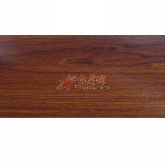 实木地板的施工方法 1.含水率接近,最高不能超过当地年平均含水率的2% 2. 施工时先洒防虫粉,在铺一层防潮纸,而防潮纸叠口要互叠>20公分并涂上二至三遍沥青油.防潮纸须铺到墙脚以上10公分,地板铺设时一定要放防潮垫或防潮纸,不要放沥青纸 3. 铺垫的木龙骨一定要干燥,木龙骨要选择东北红松、白松木,规格为3050mm、3040mm、4050mm 4.