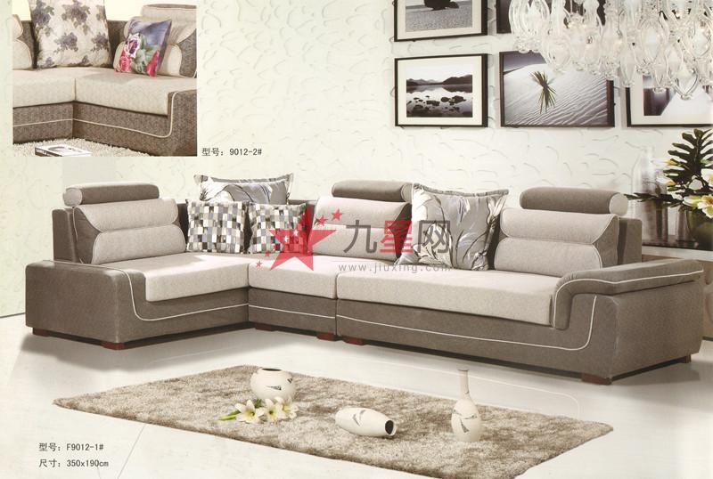 首先是沙发脚,沙发脚的设计有多种,比如:有金属制成的,还有些是滑轮的,这些是我们要仔细检查的,主要是看是否结实,放在地面是否平稳,如果不平稳我们坐上去也会不舒服。再次就是看沙发的框架,现在的大多数沙发都是框架上面加垫子这样的设计,有沙发为了突出一些特别的艺术氛围,会特意的把一些框架的一部分暴露出来,如暴露闪亮的金属和皮材等等以展示一种野性的效果,这里我们在选购时就要对暴露出来的框架仔细检查。
