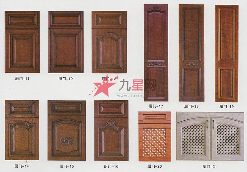 品牌:富聚祥 系列:实木橱柜门板 型号:01-21 实木橱柜门板有着自然朴实的色泽,表面光滑细腻,强度大,抗压能力好,稳定性高,不易变形,耐磨耐用。可加工成多种风格,古典较多,但欧美风和意大利风也相当受欢迎。 实木橱柜门板颜色主要以樱桃木色、橡木色、胡桃木色为主,门板表面可雕刻精美花纹,再抛光喷漆,可根据想要的风格确定颜色,一般保持原木色较好,清新自然。 实木橱柜门板环保健康,进口实木门板更是是橱柜门板中最高档的一种,其中以意大利门板最为精美,但价格昂贵,实属高端产品,在国内市场占有率不大。
