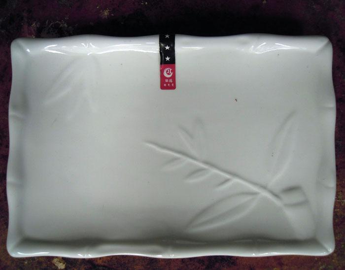 长方形白色带花纹盘子