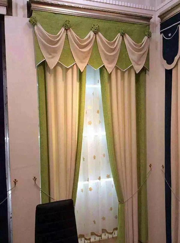 窗帘的保养方法: 1、窗帘一般应该每周洗尘一次,尤其注意去除织物结构间的积尘。 2、清洗不同的窗帘需要不同的方法:普通面料窗帘可用湿布擦洗,但易缩水的面料或进口高档面料建议选择干洗。 3、清洗窗帘不能使用含有漂白成分的洗涤剂,每过半年就应该定时清洗。尽量不要脱水和烘干,应选择自然风干,以免破坏窗帘自有的独特质感。