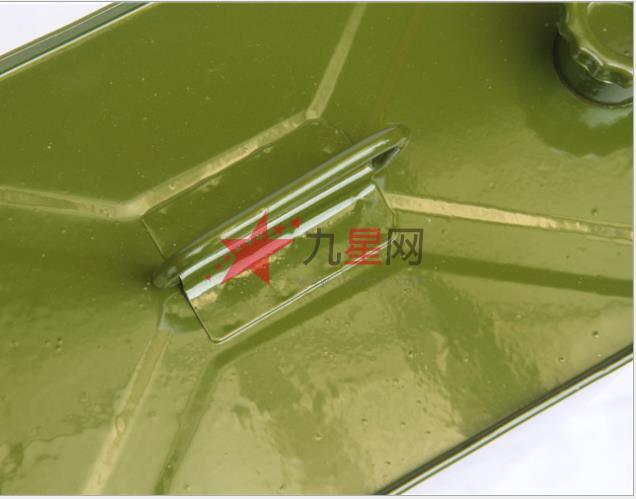 备用军绿色铁皮油桶