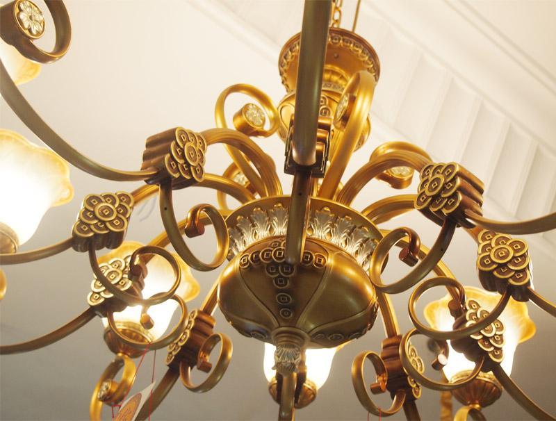 古典风格的灯,款式造型有蜡烛台式吊灯、盾牌式壁灯、带帽式台灯等几种基本典型款式。在材料上选择比较考究的焊锡、铁艺、布艺等。效果上通常以色彩沉稳。追求气质隽永的高贵感。   烛台吊灯 烛台形吊灯,造型宛如哈利波特拿着去探险的蜡烛台,造型古朴典雅,是欧洲古典风格家居中最典型的灯具款式。一般采用黄铜和树脂为主材,并在装饰性的花纹细节上大动心思。   焊锡吊灯 焊锡虽然是金属,但光泽朴素,和玻璃一起,显得沉稳有格调。   欧式灯饰 独特的气质独特的魅力   随着年龄的增长,很多人的审美情趣也会悄悄发生变化,