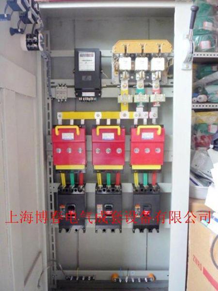 配电箱前面有一只电压表,指示江流母线的电压.